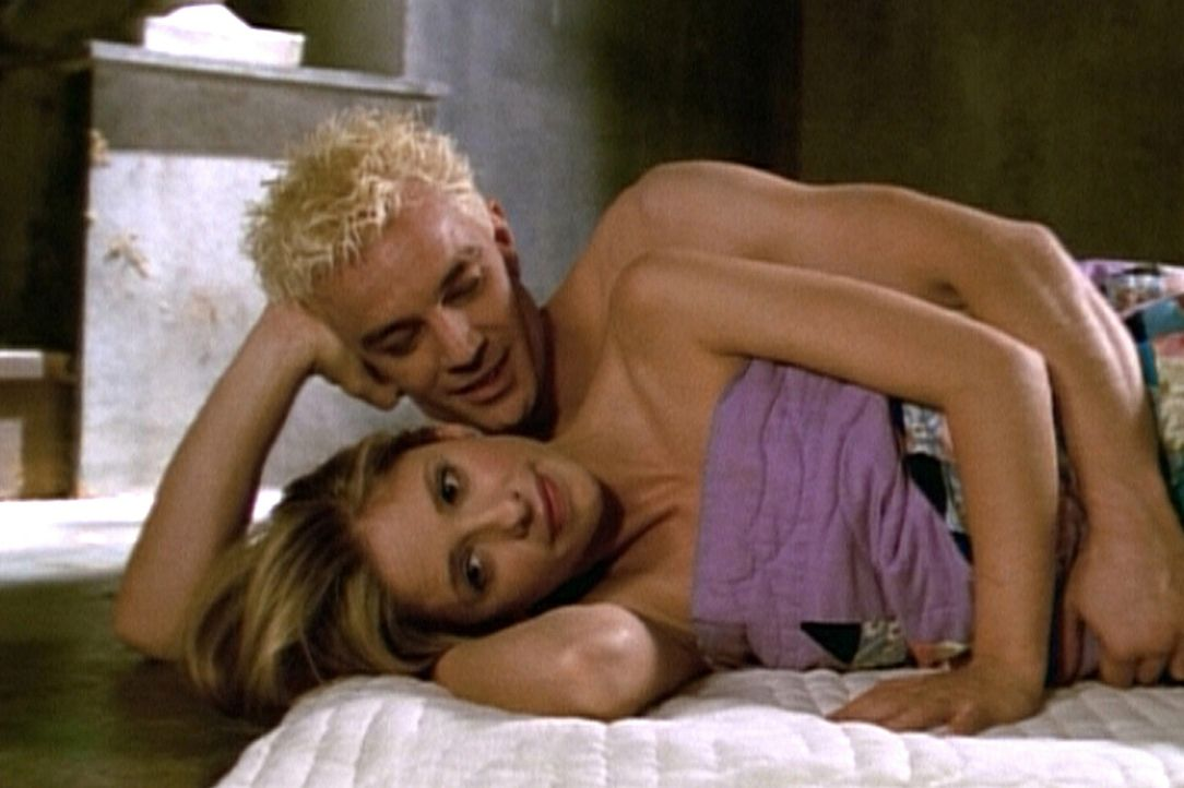 Spike (James Marsters) lässt sich einen Roboter in Gestalt von Buffy (Sarah Michelle Gellar, vorne) anfertigen, um das zu machen, was er mit der ech... - Bildquelle: TM +   2000 Twentieth Century Fox Film Corporation. All Rights Reserved.