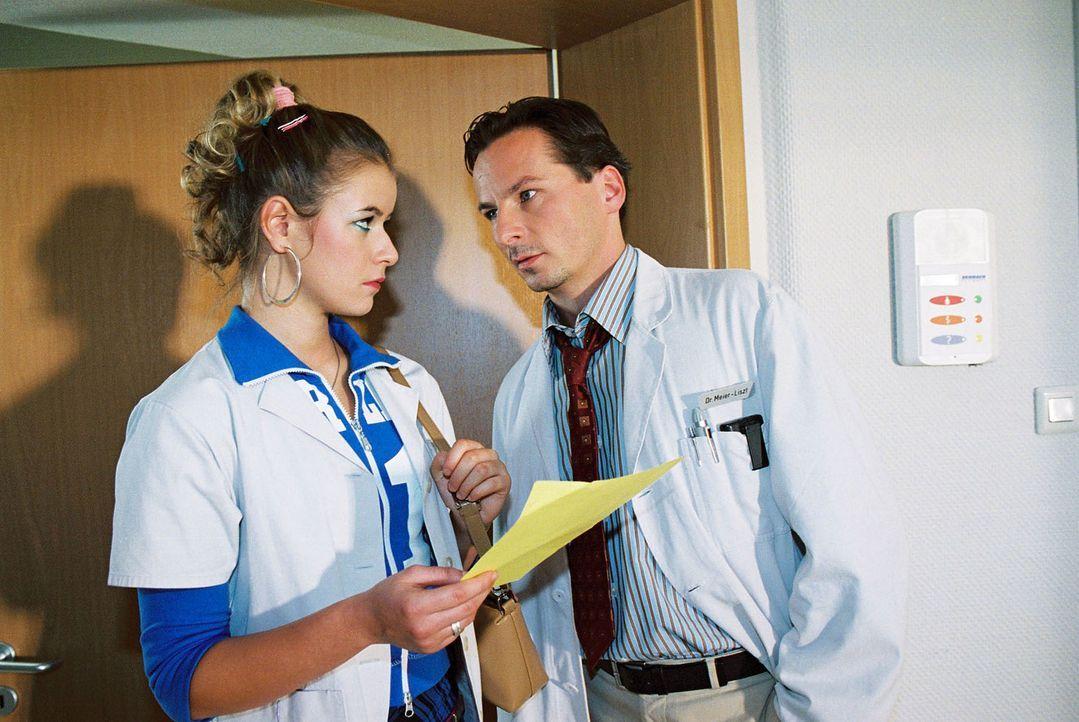 Dr. Meier-Liszt (David C. Bunners, r.), der sich etwas voreilig bereits als neuen Oberarzt sieht, fühlt sich von Lernschwester Isabella (Kathleen Fi... - Bildquelle: Monika Schürle Sat.1
