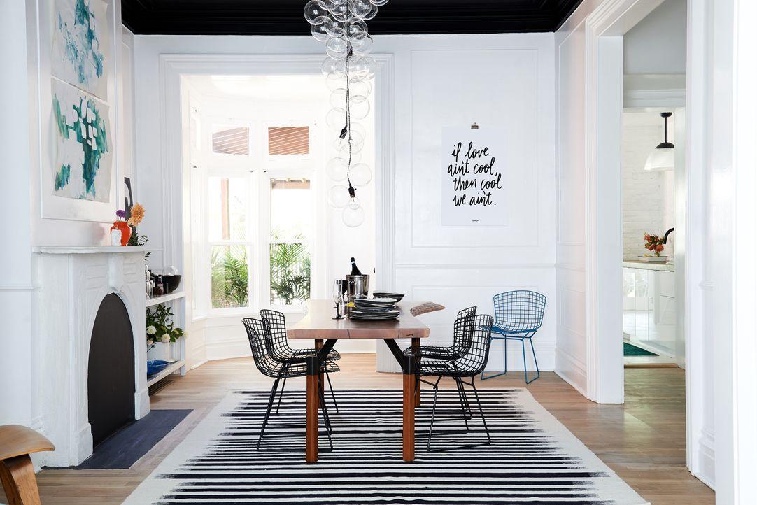 Kaum wiederzuerkennen: Aus dem dunklen Wohnzimmer ist ein lichtdurchfluteter und stylischer Raum geworden ... - Bildquelle: 2018, Scripps Networks, LLC. All Rights Reserved.