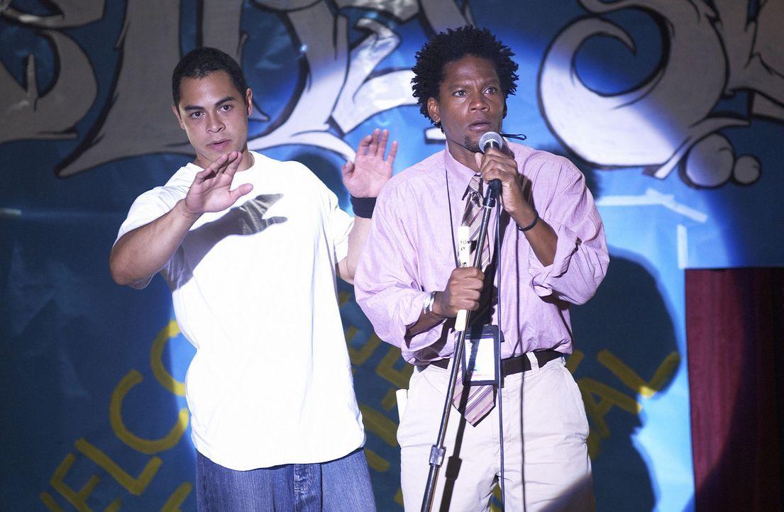 Der Lehrer Ben Cross (D. L. Hughley, r.) meldet Gabriel Garcia (Jose Pablo Cantillo, l.) für einen Rap-Wettbewerb außerhalb des Gefängnisses an ... - Bildquelle: CPT Holdings, Inc.  All Rights Reserved.