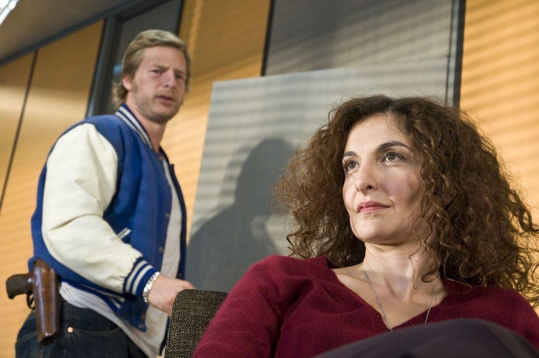 """(1. Staffel) - Micks (Henning Baum, l.) """"Psychotante"""", Tanja Haffner (Proschat Madani, r.), sieht in dem archaischen Mannsbild schon bald mehr als n... - Bildquelle: Martin Rottenkolber SAT.1"""