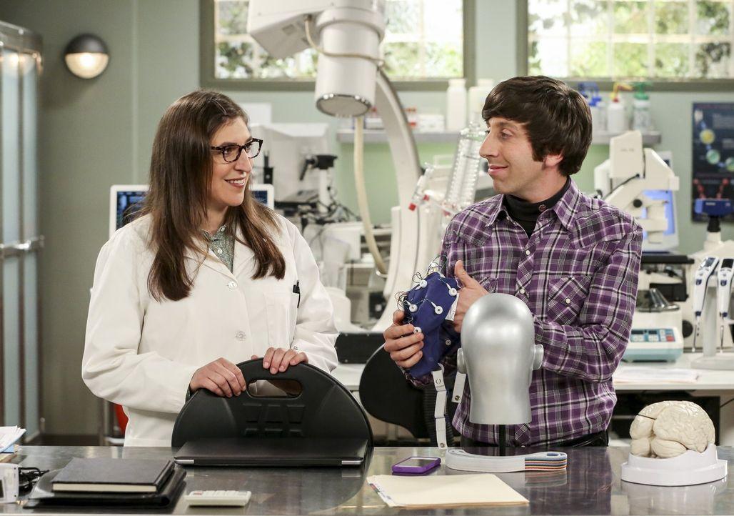 Ein neues Wissenschaftsprojekt führt Amy (Mayim Bialik, l.) und Howard (Simon Helberg, r.) beruflich enger zusammen - was nicht jedem gefällt ... - Bildquelle: Warner Bros. Television