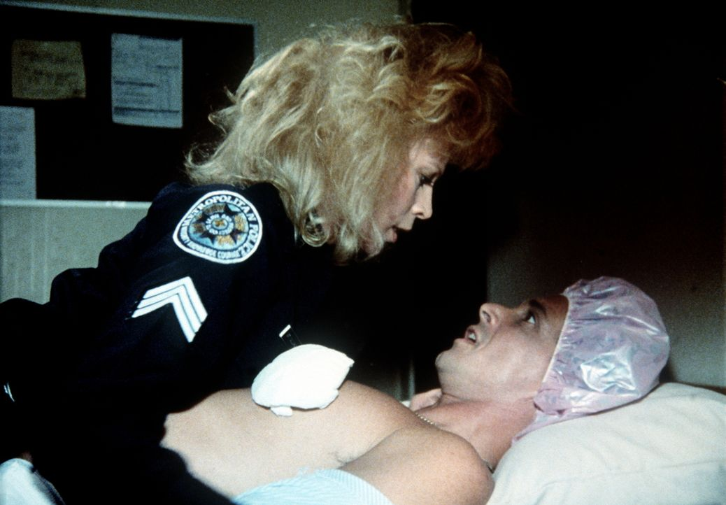 Sgt. Callahan (Leslie Easterbrook, l.) zeigt dem Frauenliebling Kadett George Martin (Andrew Rubin, r.) seine Schwachstellen ... - Bildquelle: Warner Bros.