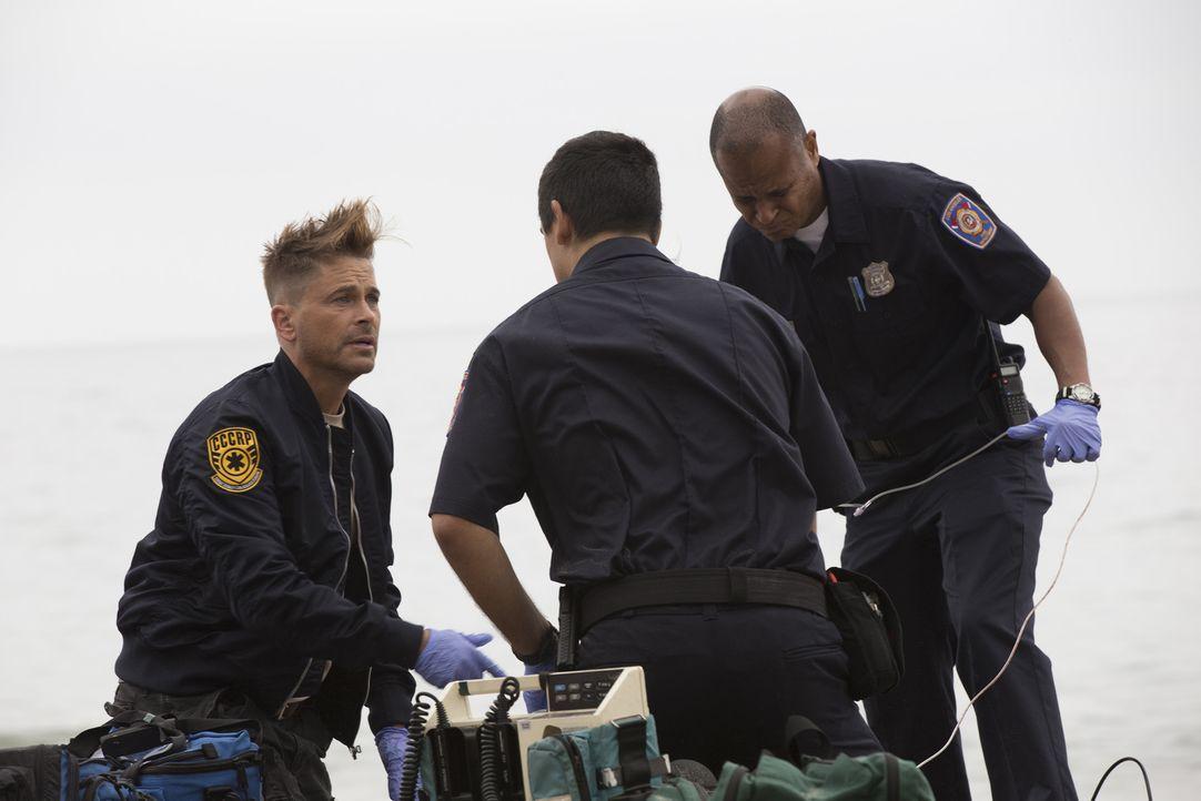 Colonel Ethan Willis (Rob Lowe, l.) tritt dem Angels Memorial Team bei und durchlebt mit Dr. Leighton einen riskanten Helikopterflug, um in Malibu O... - Bildquelle: Paul Sarkis 2015 ABC Studios