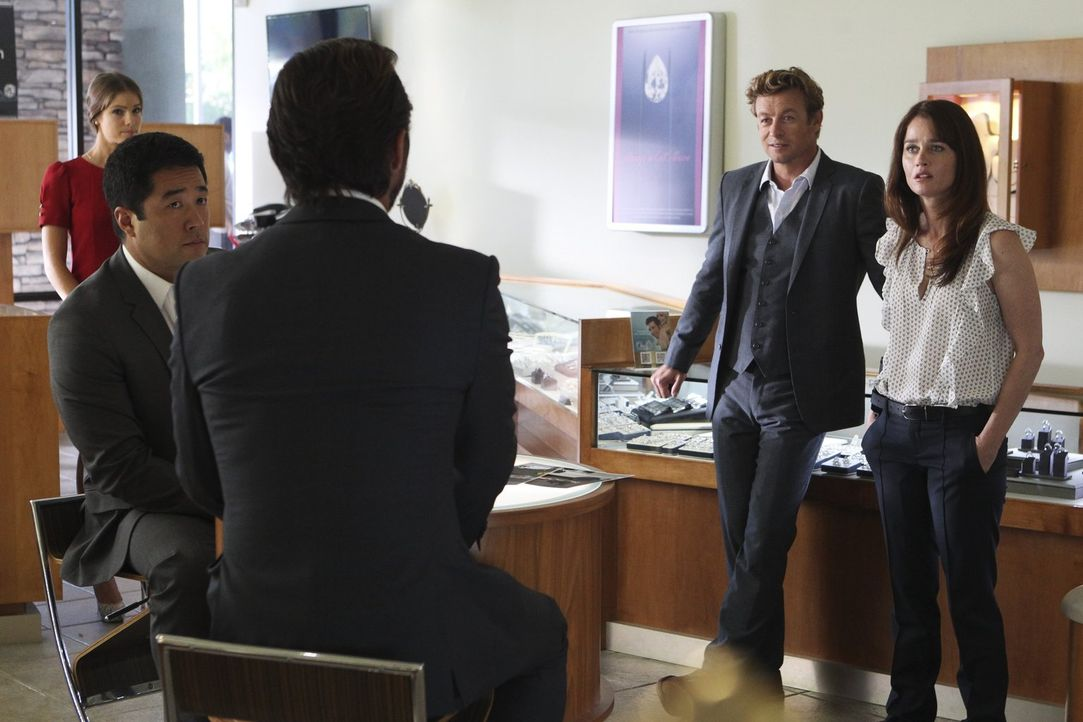 Das Team, Grace (Amanda Righetti, l.), Kimball (Tim Kang, 2.v.l.), Jane (Simon Baker, 2.v.r.) und Lisbon (Robin Tunney, r.), ermittelt in einem neue... - Bildquelle: Warner Bros. Television