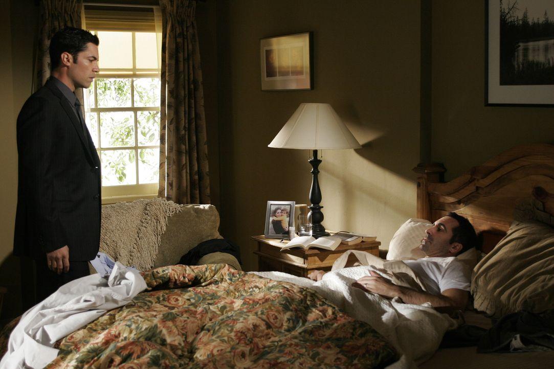 Scott (Danny Pino, l.) besucht seinen Bruder Mike (Nestor Carbonell, r.) ... - Bildquelle: Warner Bros. Television