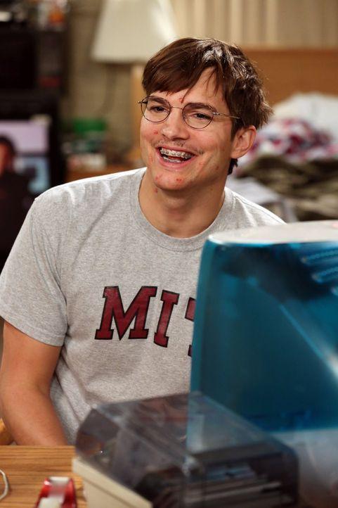 Walden (Ashton Kutcher) hat mit 17 Jahren ein Video für sein zukünftiges Ich aufgenommen, in dem er alles aufzählt, was er bis zum Alter von 35 erre... - Bildquelle: Warner Bros. Television