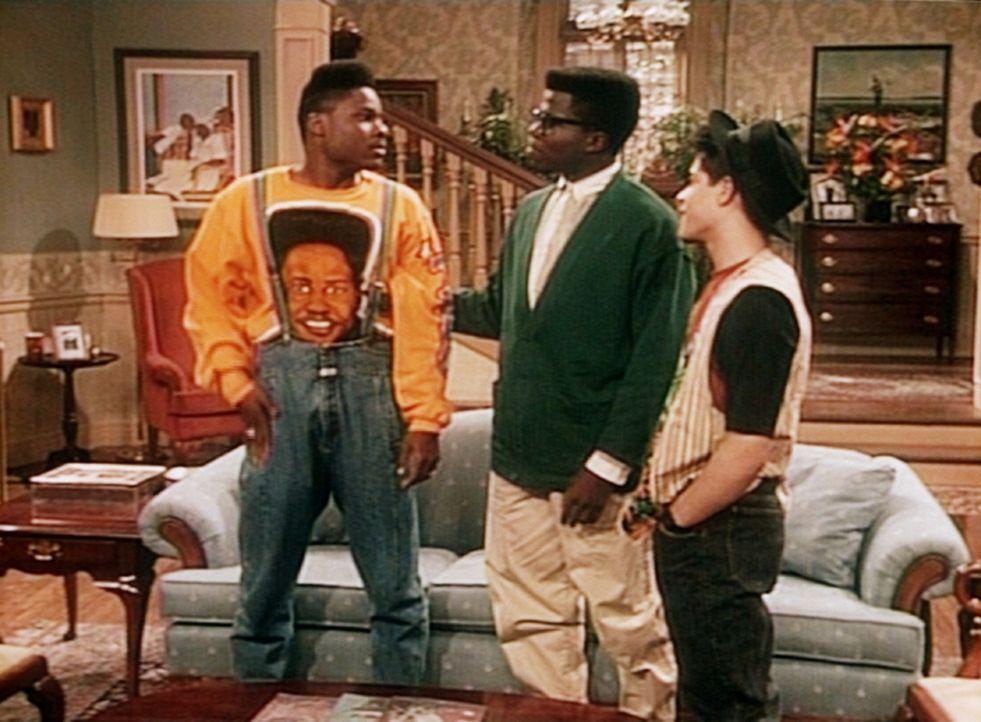 Theo (Malcolm-Jamal Warner, l.) und seine Freunde Lou (Alex Ruiz, r.) und Howard (Roy Wilson, M.) überlegen sich eine Taktik für Theos Eltern. - Bildquelle: Viacom