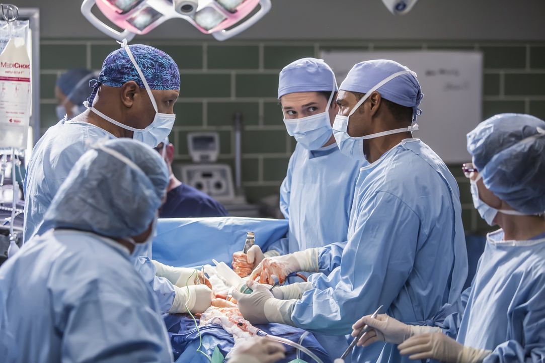 Ben (Jason George, 2.v.r.) trifft eine impulsive chirurgische Entscheidung, bei der ihm Webber (James Pickens Jr., 2.v.l.) und Mitchell (Joe Dinicol... - Bildquelle: Ron Batzdorff ABC Studios