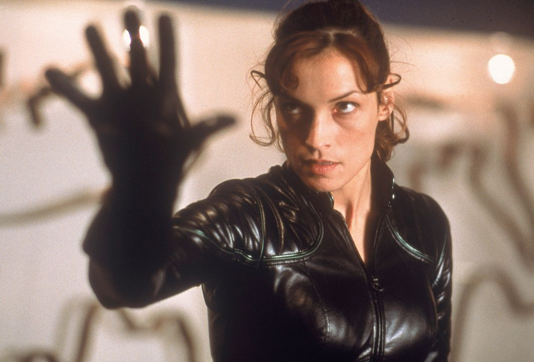 Dr. Jean Grey (Famke Janssen) besitzt die Gabe, körperliche Energie von anderen Menschen abzusaugen. - Bildquelle: 2000 Twentieth Century Fox Film Corporation. All rights reserved.