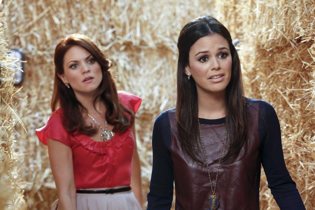Was ursprünglich als Versöhnungsfeier gedacht war, endet für Zoe (Rachel Bilson, r.) und Vivian (Lauren Bittner, l.) in einem Desaster ... - Bildquelle: Warner Brothers