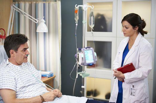 Saving Hope - Nicht alle Patienten sind mit Alex' (Erica Durance, r.) Arbeit...