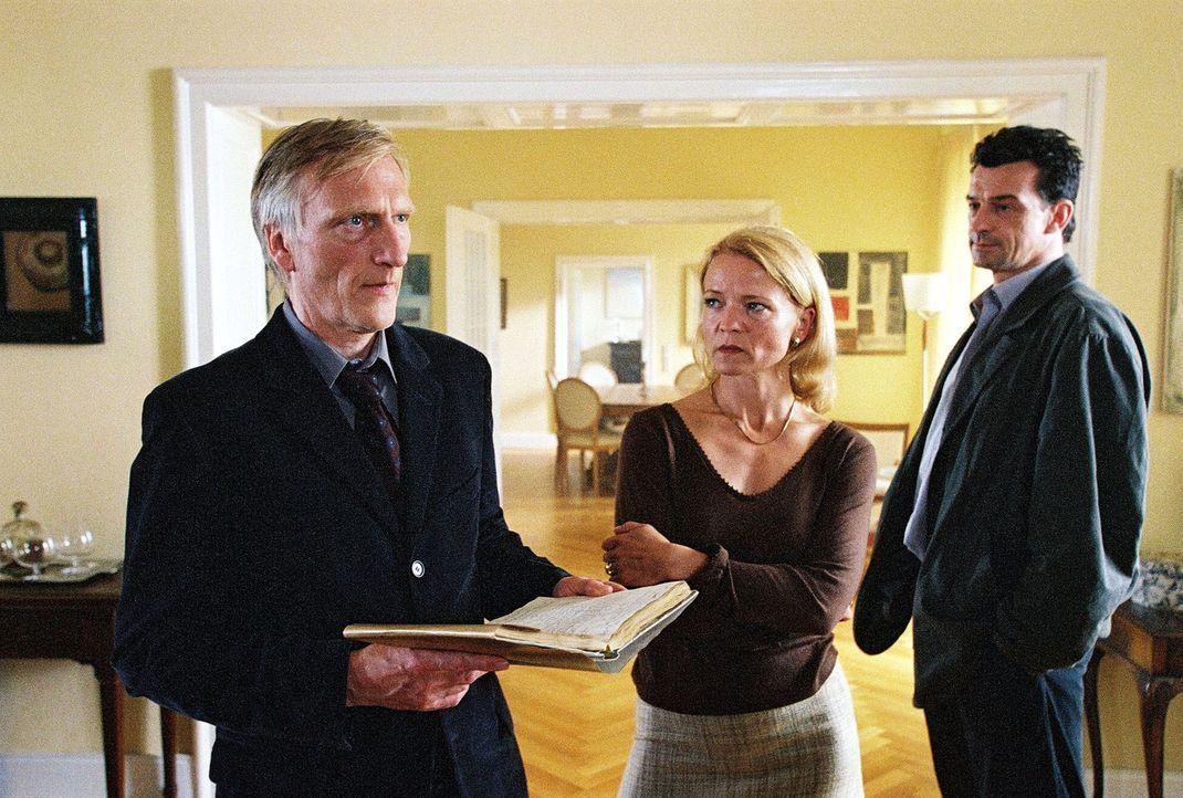 Hauptkommissar Steiner (Thomas Sarbacher, r.) konfrontiert Peter (Ernst Stötzner, l.) und Charlotte Venkmann (Michou Friesz, M.) mit der Formel. - Bildquelle: Thomas Kost Sat.1