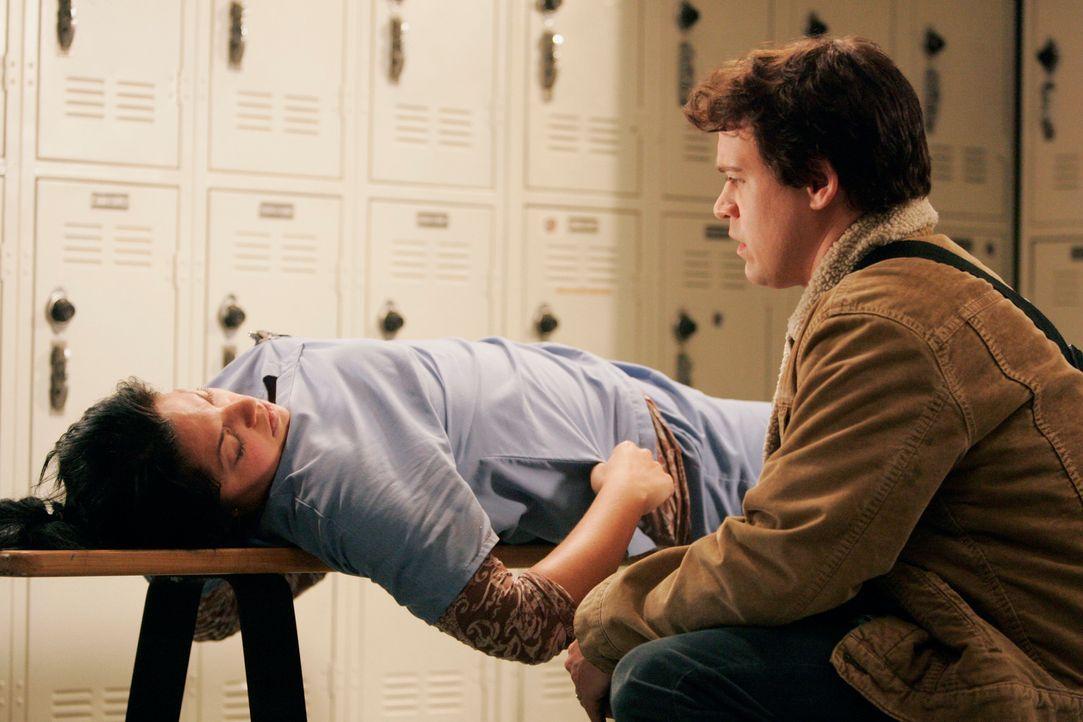 Während George (T.R. Knight, r.) Callie (Sara Ramirez, l.) belügt, dass er ihr Treffen wegen zu viel Arbeit vergessen habe, muss Alex Ava sagen, d... - Bildquelle: Touchstone Television