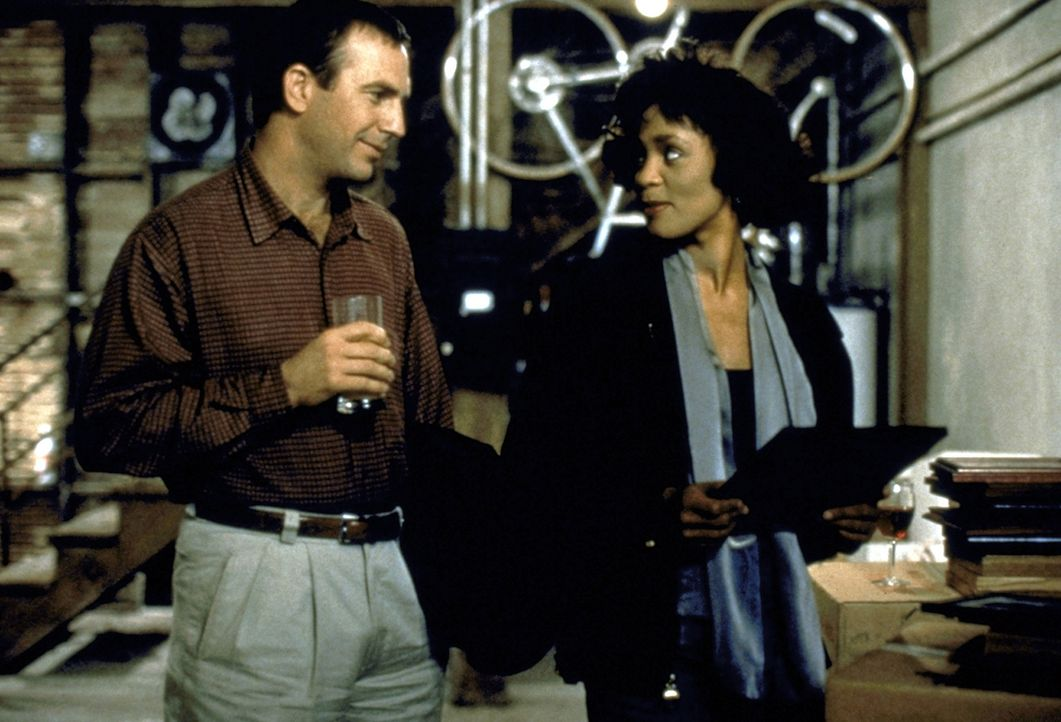Langsam kommen sich die eigensinnige Rachel Marron (Whitney Houston, r.) und ihr Bodyguard Frank Farmer (Kevin Costner, l.) näher ... - Bildquelle: Warner Bros.