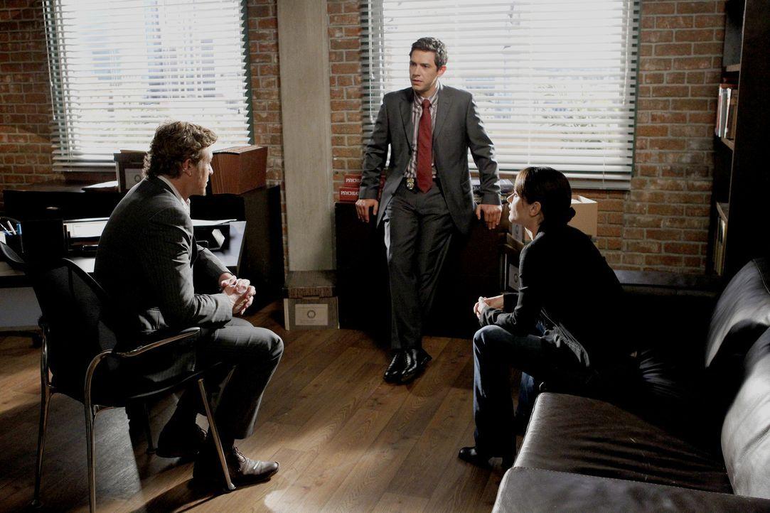 Versuchen einen neuen Fall zu lösen: Luther Wainwright (Michael Rady, M.), Patrick (Simon Baker, l.) und Teresa (Robin Tunney, r.) ... - Bildquelle: Warner Bros. Television