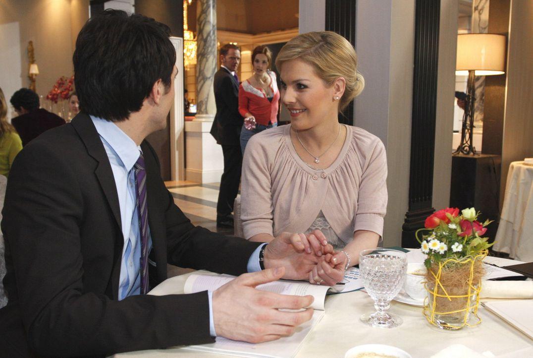 Manus (Marie Zielcke, 2.v.r.) Auftauchen hält Mark (Arne Stephan, l.) davon ab, Alexandra (Ivonne Schönherr, r.) die Wahrheit zu sagen ... - Bildquelle: SAT.1