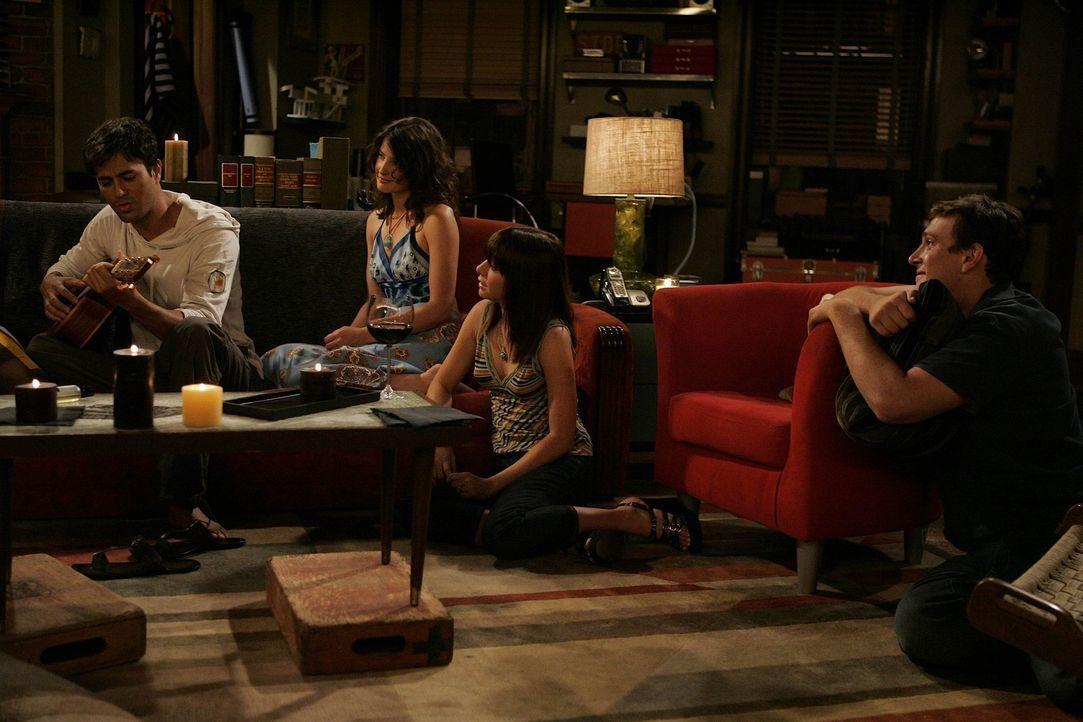 Obwohl Ted von Lily (Alyson Hannigan, 2.v.r.) und Marshall (Jason Segel, r.) verlangt hat, dass sie Gael (Enrique Iglesias, l.) hassen sollen, treff... - Bildquelle: 20th Century Fox International Television