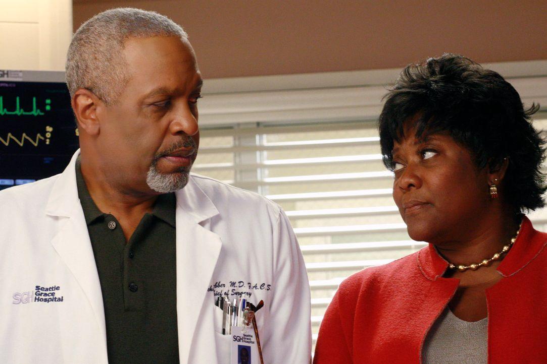 Webber (James Pickens Jr., l.) ist schweren Herzens bereit, Camilles Entscheidung zu akzeptieren, doch Adele (Loretta Devine, r.) will unbedingt ver... - Bildquelle: Touchstone Television