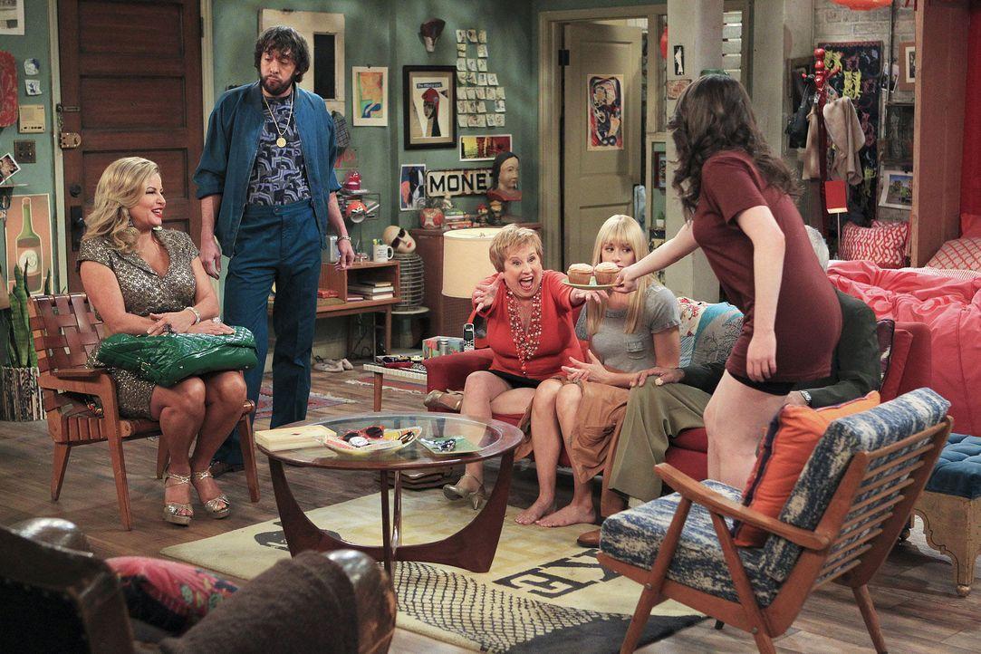 2-broke-girls-stf02-epi18-Tante-Charity-06-Warner-Bros-Tel.jpg 1800 x 1200 - Bildquelle: Warner Bros. Television