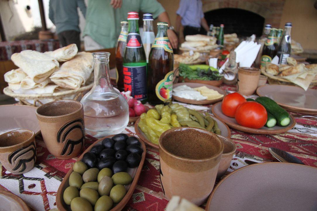 Zu einem typischen armenischen Dinner gehören neben Oliven, Peperonis und Backwaren auch der klare Schnaps Oghi. Der beliebte Fruchtwodka ist ein Be... - Bildquelle: 2014, The Travel Channel, L.L.C. All Rights Reserved.