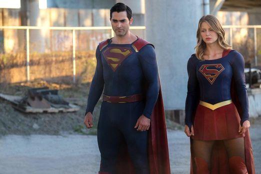 Cadmus greift National City an. Kara alias Supergirl (Melissa Benoist, r.) un...