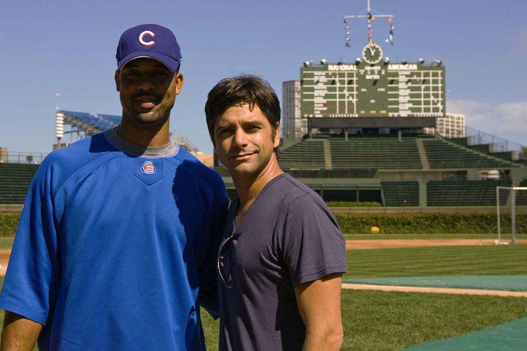 """Bei den Dreharbeiten zu """"Emergency Room"""": Derrek Lee (l.) und John Stamos (r.) ... - Bildquelle: Warner Bros. Television"""
