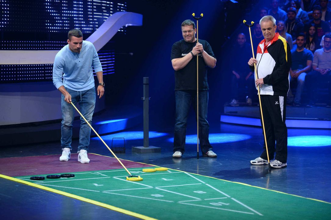 Fußballstar Lukas Podolski (l.) und Fußballfan Elton (M.) in einer ganz neuen Herausforderung ... - Bildquelle: Willi Weber ProSieben