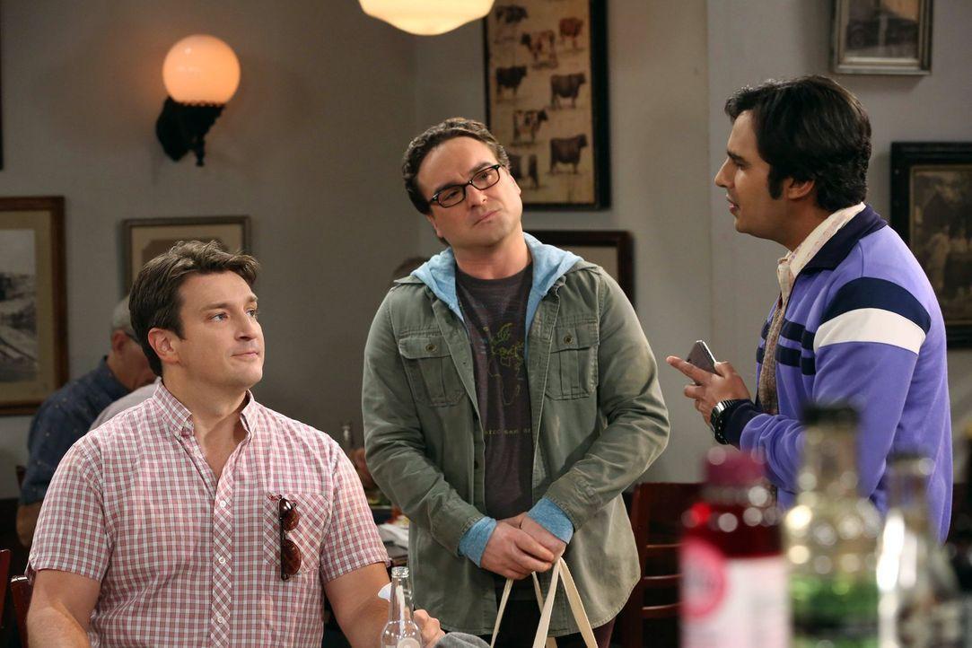 Leonard (Johnny Galecki, M.) und Raj (Kunal Nayyar, r.) glauben, den Schauspieler Nathan Fillion (Nathan Fillion, l.) im Restaurant entdeckt zu habe... - Bildquelle: Warner Bros. Television