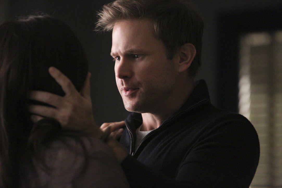 Liv und Alaric wollen Jo auf die Verschmelzung mit Kai vorbereiten - Bildquelle: Warner Bros. Entertainment Inc.