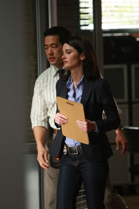 Die Ermittlungen im Mordfall Jason Sands gehen voran: Kimball Cho (Tim Kang, l.) und Teresa Lisbon (Robin Tunney, r.) ... - Bildquelle: Warner Bros. Television