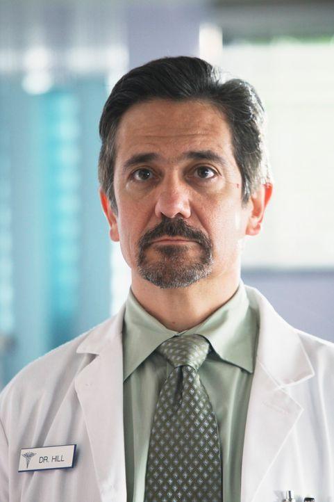 Kümmert sich um Julie: Dr. Hill (Carlos Lacamara) ... - Bildquelle: ABC Studios