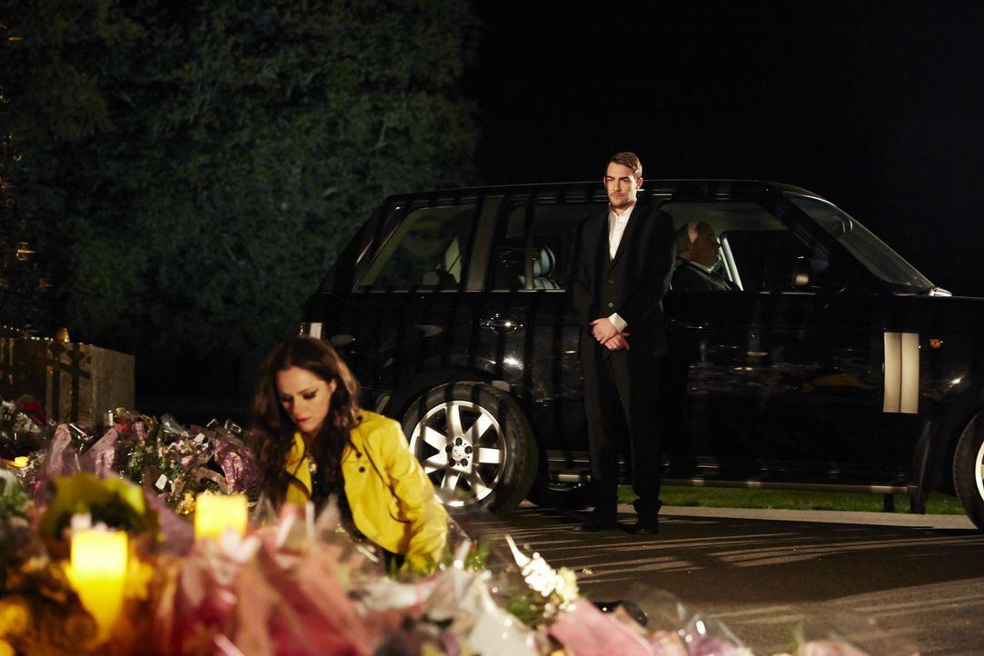 Die Nachricht vom Tod ihres Bruders lässt Prinzessin Eleanor (Alexandra Park, l.) in Alkohol,- und Drogenexzessen abstürzen. Im Suff kommt sie ihrem... - Bildquelle: 2014 E! Entertainment Media LLC/Lions Gate Television Inc.