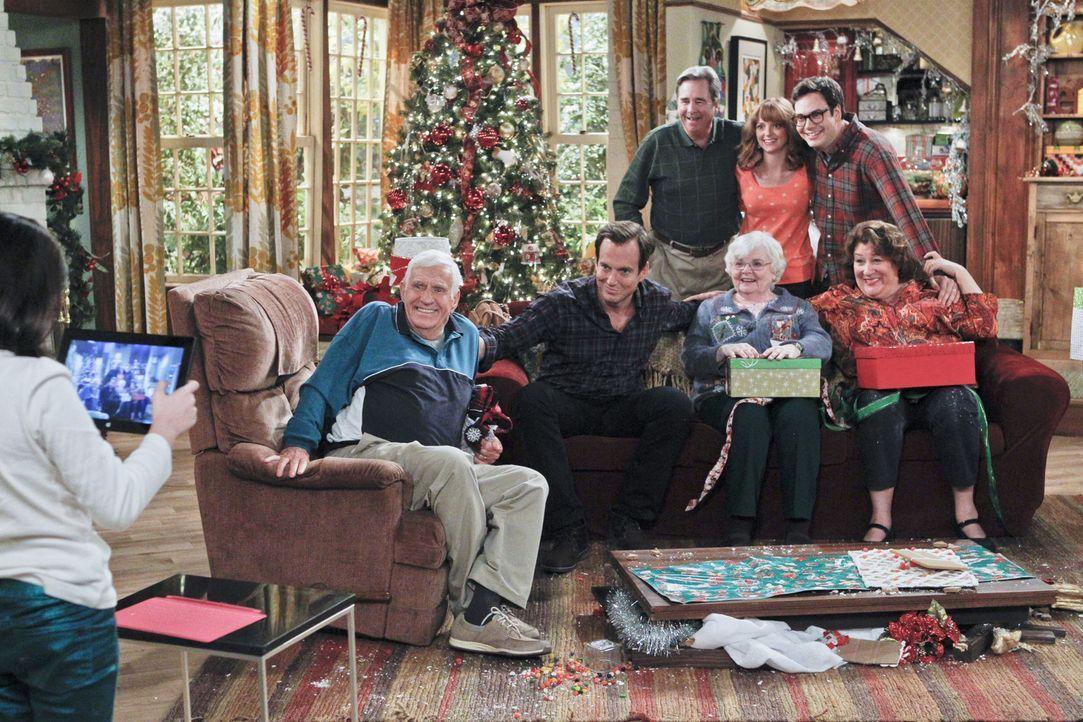 An Weihnachten versucht Carol (Margo Martindale, r.) die etwas schwierige Beziehung zu ihren Eltern Bud (Jerry Van Dyke, 2.v.l.) und Blanche (June S... - Bildquelle: 2013 CBS Broadcasting, Inc. All Rights Reserved.