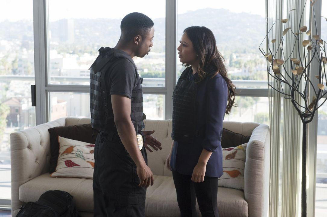 Um Nina Taylor (Janel Parrish, r.) vor ihrem ehemaligen Boss zu beschützen, haben Carter (Justin Hires, l.) und Lee alle Hände voll zu tun ... - Bildquelle: Warner Brothers