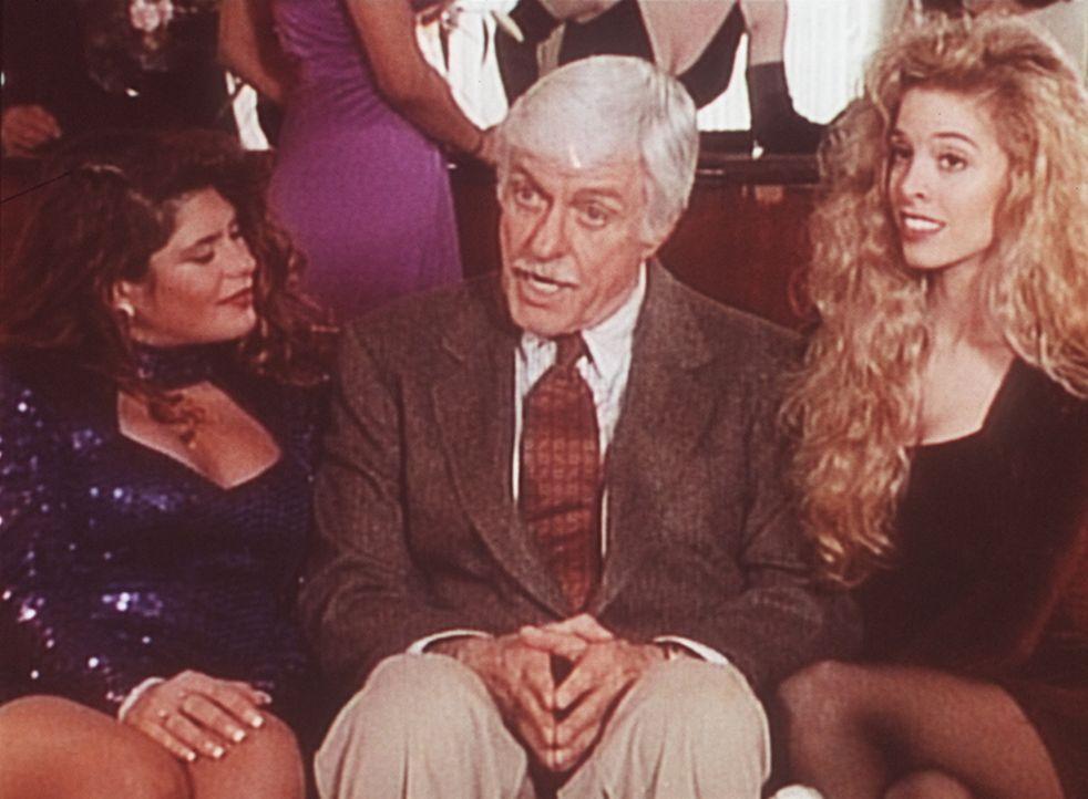 Bei seinen Ermittlungen landet Dr. Sloan (Dick Van Dyke, M.) in einem Edelpuff. - Bildquelle: Viacom