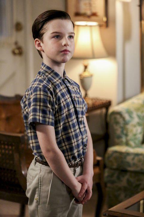 Sheldon (Iain Armitage) behält die Entwicklung der Beziehung zwischen Meemaw und Dr. Sturgis ganz genau im Blick ... - Bildquelle: Warner Bros. Television