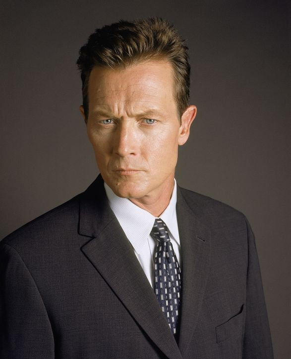 (8. Staffel) - Skinners neuer Vorgesetzter Kersh beauftragt FBI-Agent John Doggett (Robert Patrick) mit der Suche nach dem verschwundenen Fox Mulder. - Bildquelle: TM +   2000 Twentieth Century Fox Film Corporation. All Rights Reserved.