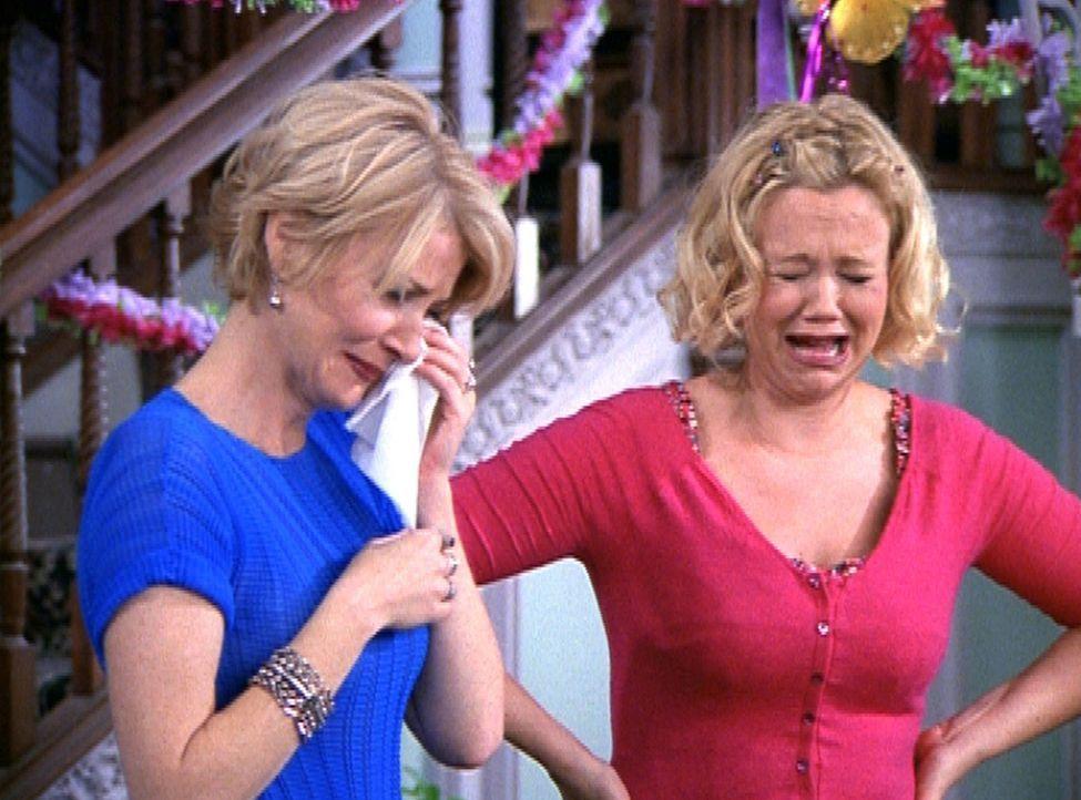Tante Zelda (Beth Broderick, l.) und Tante Hilda (Caroline Rhea, r.) heulen sich allein bei dem Gedanken, dass Sabrina sie verlassen wird, die Augen... - Bildquelle: Paramount Pictures