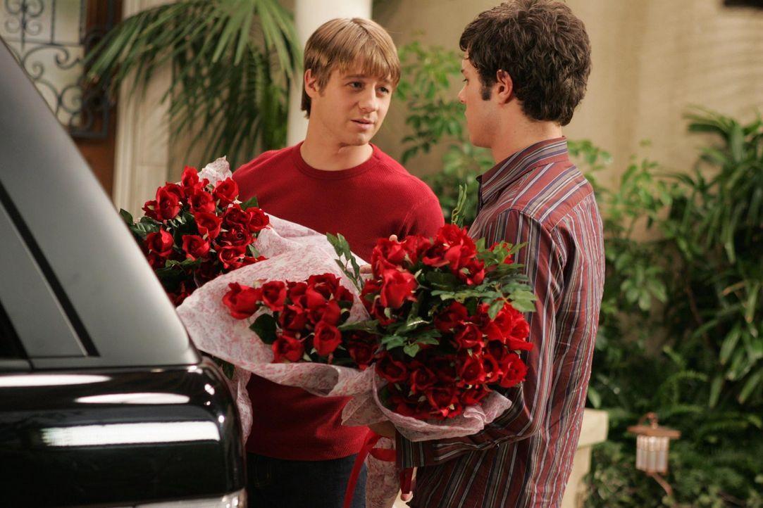 Am Valentinstag wird ihnen klar, für wen ihre Herzen schlagen: Ryan (Benjamin McKenzie, l.) und Seth (Adam Brody, r.) ... - Bildquelle: Warner Bros. Television