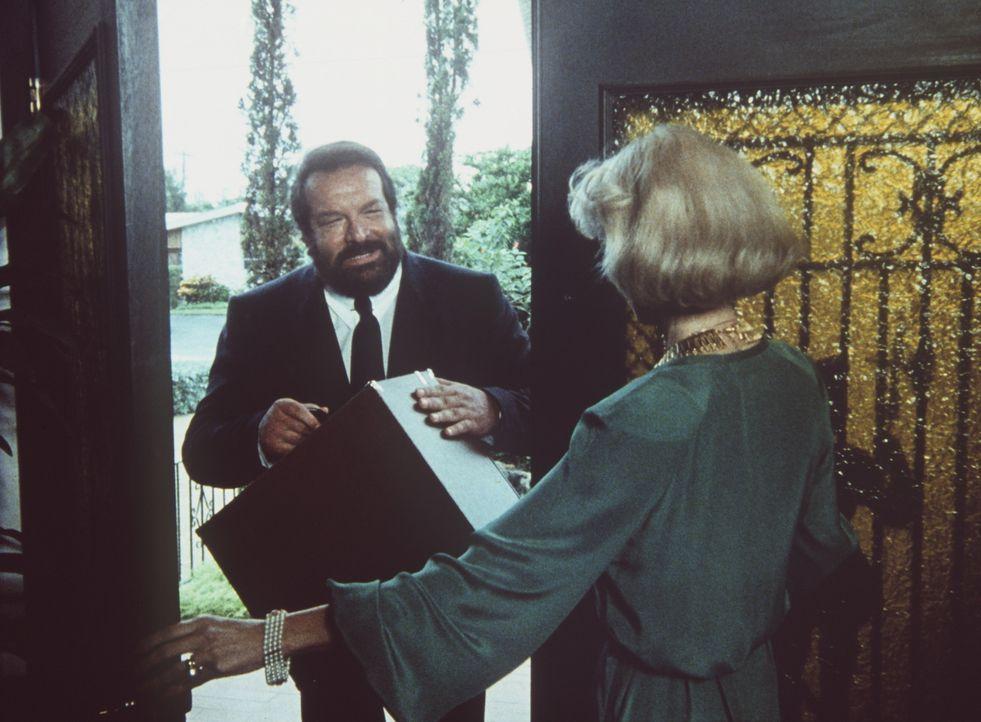 Bei seinen Recherchen gelangt Alan Parker (Bud Spencer, l.) zu der reichen Signora Haig (Cristina Trotter, r.), die einem Heiratsschwindler aufgeses...