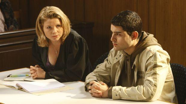 Danni (Annette Frier, l.) hilft dem jungen Mehmet (Hüseyin Ekici, r.), der we...