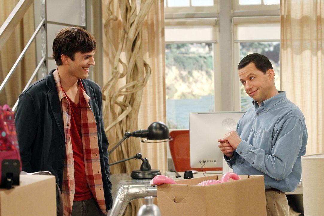 Alan (Jon Cryer, r.) versucht alles, um Walden (Ashton Kutcher, l.) davon zu überzeugen, nichts mit Rose anzufangen - doch das ist bereits zu spät .... - Bildquelle: Warner Brothers Entertainment Inc.