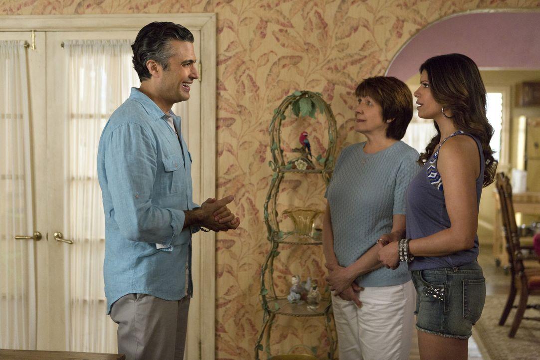 Während Rogelio (Jaime Camil, l.) und Xo (Andrea Navedo, r.) nicht wissen, wie sie miteinander umgehen sollen, freut sich Alba (Ivonne Coll, M.) Rog... - Bildquelle: 2014 The CW Network, LLC. All rights reserved.