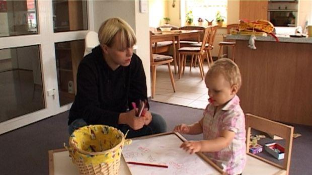 Baby statt Party - Im Heim der Teenie-Mütter: Michelle und Kimberley ... © SAT.1