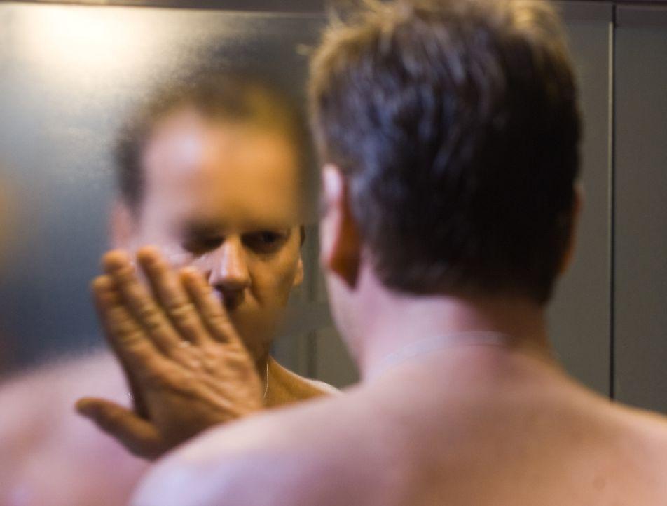 Allmählich dämmert Ben (Kiefer Sutherland), dass die Spiegel ein Eigenleben entwickelt haben und seine Familie und ihn massiv bedrohen ... - Bildquelle: 2007 Regency Enterprises, New Regency Pictures