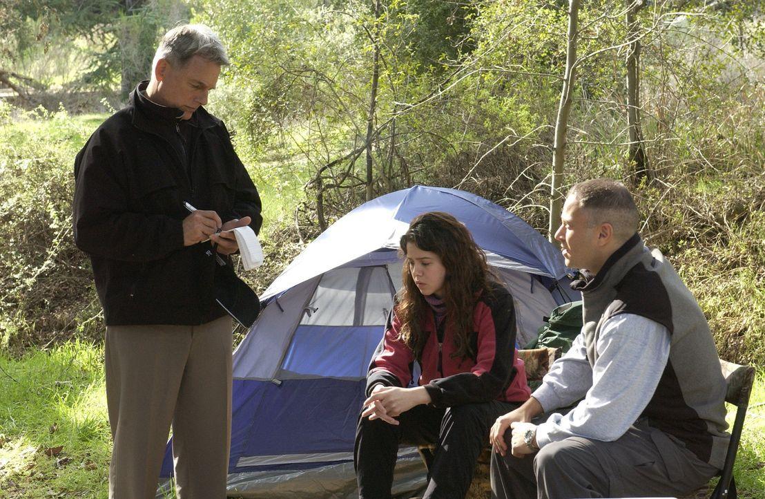 Um die Umstände des Todes von William Moore abklären zu können, befragt Gibbs (Mark Harmon, l.), dessen Frau Judy (Marieh Delfino, M.) und David Run... - Bildquelle: CBS Television