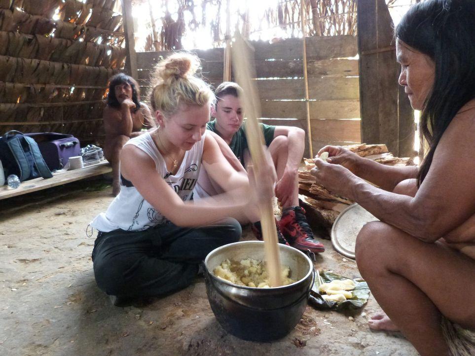 In Ecuador sollen Calvin (2.v.r.) und Michaela (2.v.l.) lernen, was Respekt, Disziplin und Arbeit ist ... - Bildquelle: SAT.1