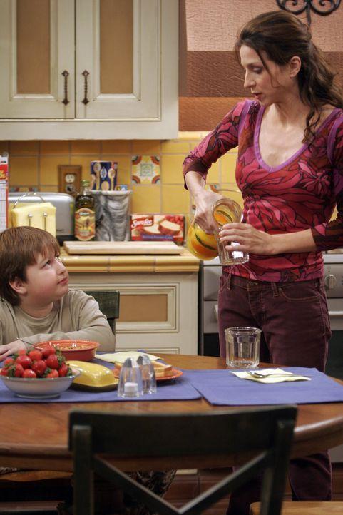 Jake (Angus T. Jones, l.) freut sich, dass seine Mutter (Marin Hinkle, r.) vorübergehend bei ihnen wohnt ... - Bildquelle: Warner Brothers Entertainment Inc.