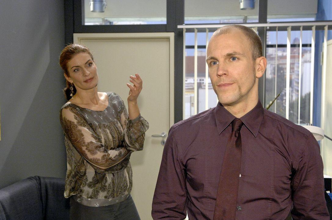 Gerrit (Lars Löllmann, r.) will Natascha (Franziska Matthus, l.) nicht glauben, dass Anette Darcy Hintergedanken hat. - Bildquelle: Claudius Pflug Sat.1
